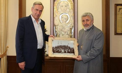 Российский историк передал Армянской церкви редкую фотографию Католикоса Геворга V